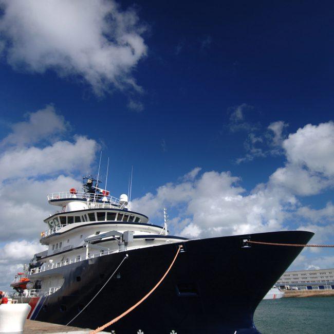 Vue de trois-quart face de l'Abeille Liberté à quai lors de son arrivée à Cherbourg le 19 Octobre 2005.