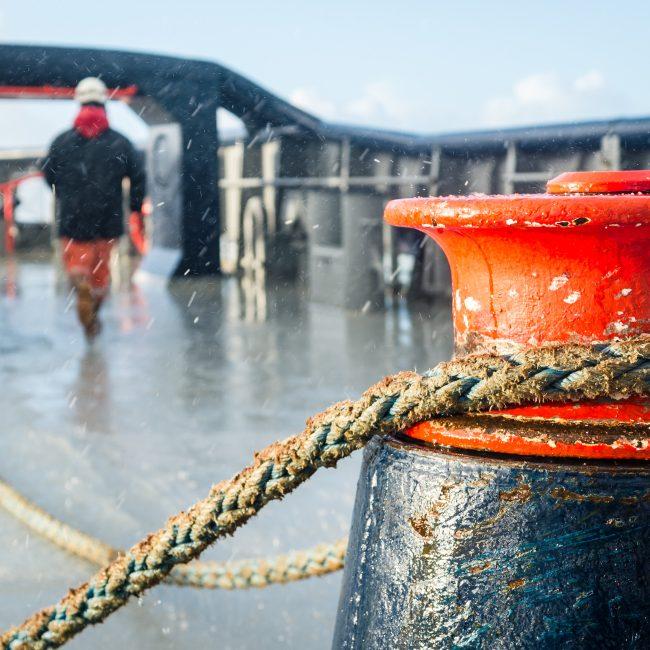 La plage arrière du remorqueur d'intervention, d'assistance et de sauvetage (RIAS) Abeille Bourbon sous les intempéries.