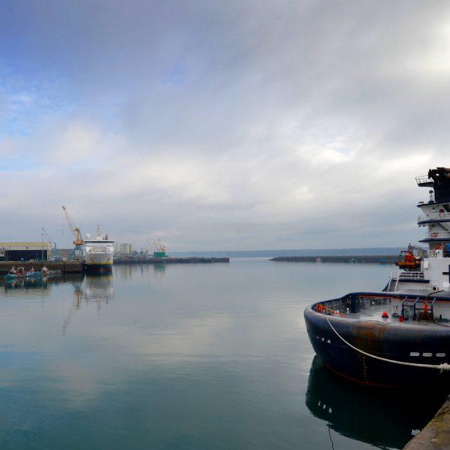 Le RIAS Abeille Bourbon réalise un exercice de remorquage hauturier d'un pétrolier géant à la sortie du goulet de Brest le 19 novembre 2017
