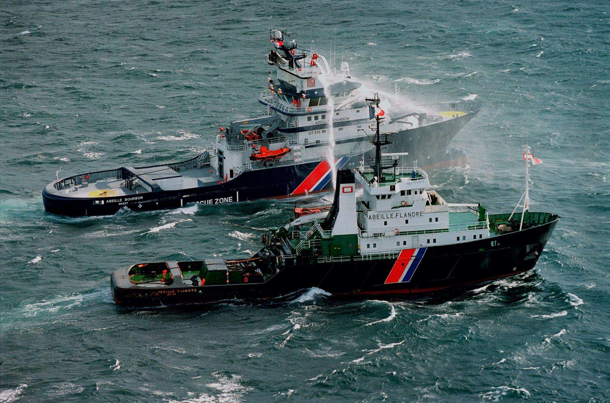 L'Abeille Flandre, Remorqueur de haute mer, affrétée par la Marine Nationale Française