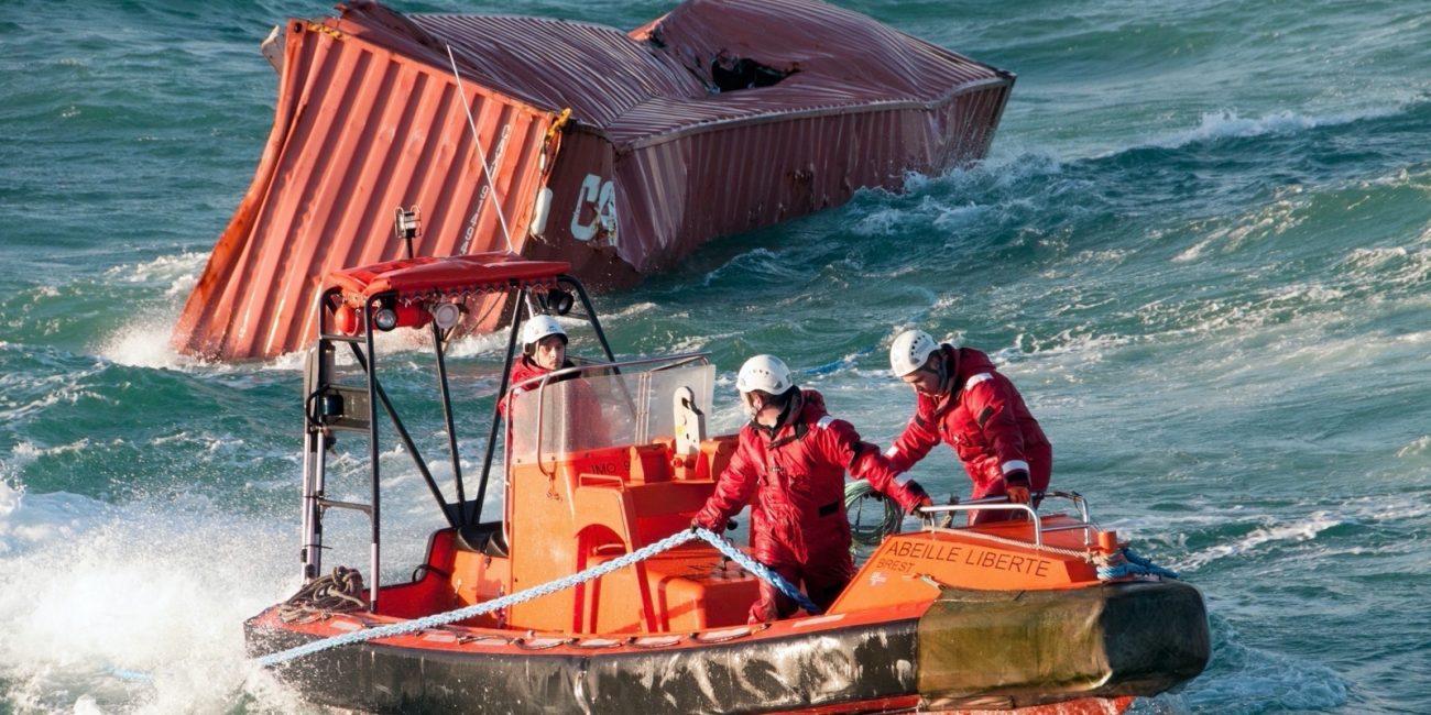 Le conteneur est remorqué par l'embarcation rapide.