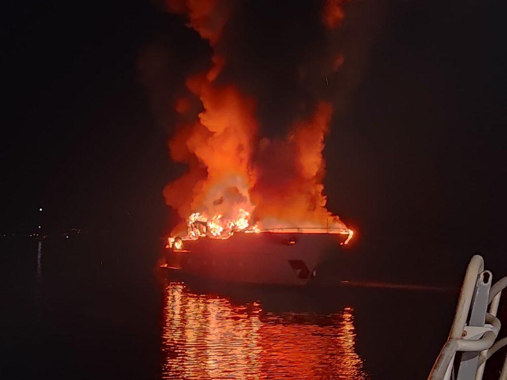 Incendie de yacht aux îles du Levant. Le Jason coordonne la lutte.