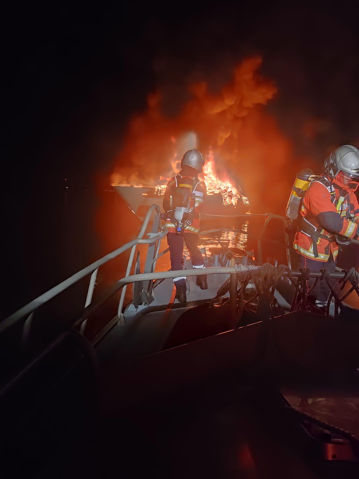 La SNSM de Hyères lutte contre l'incendie
